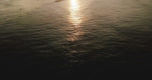 Luftschuß der epischen Sonnenuntergangreflexion in der Ozeanwasseroberfläche, Kameraneigung decken bis erstaunliche tropische Küs stock video footage