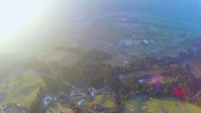 Luftschuß der erstaunlichen grünen Landschaft, schöne Natur, Ökologie, magische Stunde stock video footage