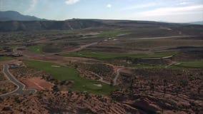 Luftschuß der großen Höhe des Wüstengolfplatzes stock video