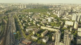 Luftschuß der großen Höhe von Moskau-Stadtbild und starker Verkehr stauen auf der Autostraße in der AbendHauptverkehrszeit Lizenzfreies Stockbild