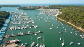 Luftschuß der Mehrfachverbindungsstelle parkte Boote, Motorboote und Segelboote am adriatisches Seejachthafen Lizenzfreies Stockfoto