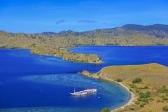 Luftschuß der schönen blauen Lagune am heißen Sommertag mit Segel lizenzfreie stockfotos