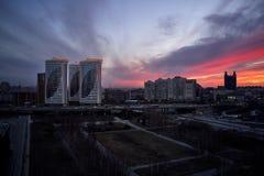 Luftschuß der sibirischen Hauptstadt Nowosibirsk-Stadt bei Sonnenuntergang stockfotografie