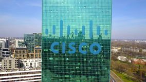 Luftschuß des Bürowolkenkratzers mit Cisco Systems-Logo Modernes Bürohaus Redaktionelle Wiedergabe 3D Lizenzfreies Stockfoto