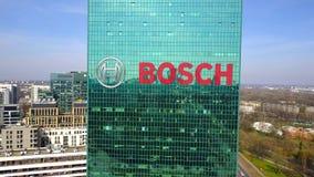 Luftschuß des Bürowolkenkratzers mit Robert Bosch-GmbHlogo Modernes Bürohaus Redaktionelles 3D, das Klipp 4K überträgt lizenzfreie abbildung