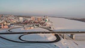 Luftschuß des Brücken- und Autofahrens auf die Brücke stock video footage
