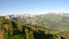 Luftschuß des grünen Waldes und Berge decken auf stock video