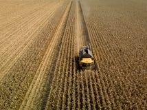 Luftschuß des mähenden Maisfeldes der Erntemaschine lizenzfreie stockfotos