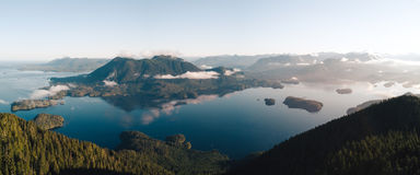 Luftschuß des Sonnenaufgangs über Tofino lizenzfreie stockbilder
