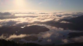 Luftschuß des Sonnenaufgangs über Wolken und Bucht mit Inseln stock footage