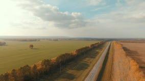 Luftschuß einer Landstraße Landstraße und -feld stock footage