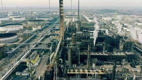 Luftschuß einer Luft, die chemische Anlage verunreinigt stock video footage