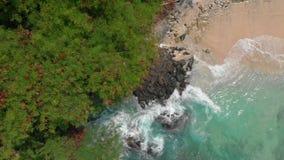 Luftschuß eines fantastischen blauen Lagunenstrandes auf der Bali-Insel mit haarscharfen blauen Wasser und einem weißen Sand stock video
