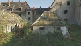 Luftschuß eines ghosttown, Flug der niedrigen Höhe, Abschluss, der von links nach rechts Schuss aufspürt stock video