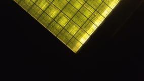 Luftschuß eines großen Gewächshauses mit Gurken auf Höhe stock footage