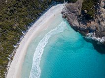 Luftschuß eines schönen Strandes mit blauem Wasser und weißem Sand stockfoto