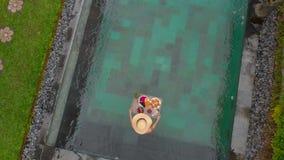 Luftschuß eines Touristen der jungen Frau nimmt ihr eigenes persönliches Frühstück auf einer sich hin- und herbewegenden Tabelle  stock footage