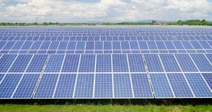 Luftschuß: Flug über Sonnenkollektoren, alternatives energie stock video
