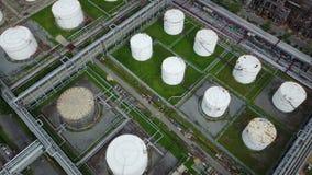 Luftschuß 4K von Öl-Speicherung Behältern stock footage