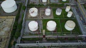 Luftschuß 4K von Sammelbehältern an der Erdölraffinerie stock footage
