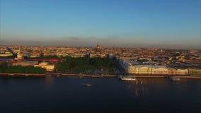 Luftschuß 4k von St Petersburg mit Ansicht über Fluss Neva und Isaacs-Kathedrale stock footage