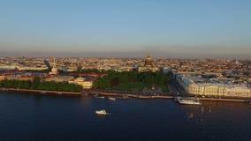 Luftschuß 4k von St Petersburg mit Ansicht über Fluss Neva und Isaacs-Kathedrale stock video