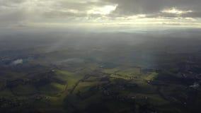 Luftschuß malerischer Toskana-Landschaft am teilweise bewölkten Tag, Italien lizenzfreies stockfoto