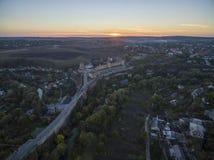 Luftschuß in Richtung zu einem Sonnenuntergang hinter Kamianets-Podilskyischloss Lizenzfreies Stockbild