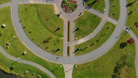 Luftschuß Topview von zwei kleinen Jungen, die Fahrrad in einem Park fahren stock footage