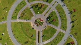 Luftschuß Topview von zwei kleinen Jungen, die Fahrrad in einem Park fahren stock video