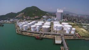 Luftschuß von Öl-Speicherung Behältern stock footage
