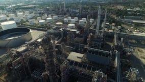 Luftschuß von den Öltanks in einer Raffinerie stock video