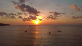 Luftschuß von drei Fischer ` s Booten in einem Meer zur Sonnenuntergangzeit Brummen bewegt sich zurück stock video