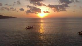 Luftschuß von drei Fischer ` s Booten in einem Meer zur Sonnenuntergangzeit Brummen schiebt die froward und Kameraneigungen hoch stock footage