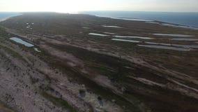 Luftschuß von Dzharylhach-Insel-Sandy Sea Beach With Small-Teichen im Sommer stock footage