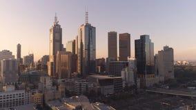 Luftschuß von im Stadtzentrum gelegenen Wolkenkratzern Melbournes im Sonnenuntergang Melbourne, Victoria, Australien stockfotografie