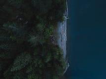 Luftschuß von Kajaks und von Campingplatz auf Strand stockfoto