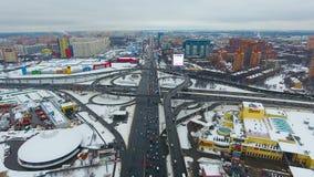 Luftschuß von oben Starker Verkehr auf einem Landstraßen-Austausch stock video