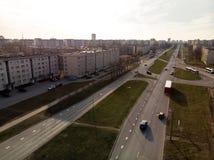 Luftschuß von parallelen Straßen in der Stadt während des goldenen Stundensonnenuntergangs stockfoto