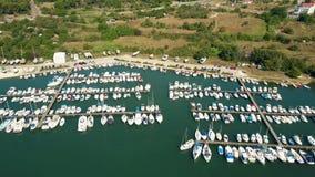 Luftschuß von Parkbooten und von Yachten an den Jachthafenpiers an einem sonnigen Sommertag Frauen mit eisigem Margarita Stockfotografie