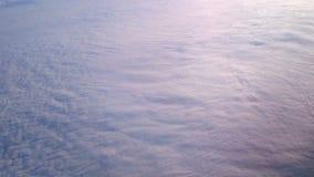 Luftschuß von schönen Wolken unterhalb der Fläche Ansicht des Hurrikans vom offenen Raum stock video footage