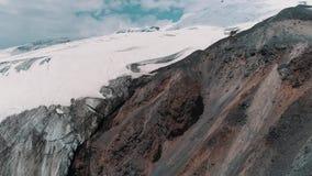 Luftschuß von schneebedeckten felsigen Spitzen der malerischen Natur gestalten landschaftlich stock footage