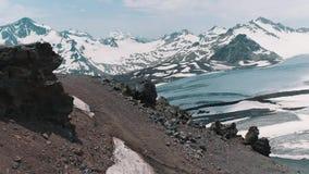 Luftschuß von schneebedeckten felsigen Spitzen der szenischen Natur gestalten landschaftlich stock footage