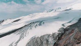 Luftschuß von schneebedeckter felsiger Berglandschaft der erstaunlichen Natur stock footage