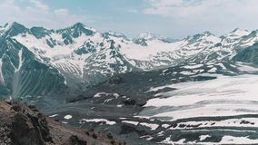 Luftschuß von schneebedeckter felsiger Berglandschaft der malerischen Natur stock video