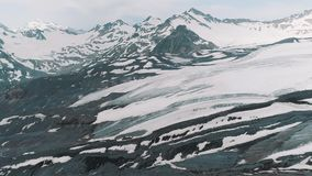 Luftschuß von schneebedeckter felsiger Berglandschaft der szenischen Natur stock video