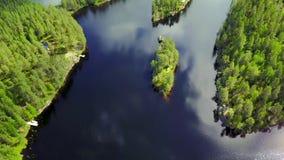 Luftschuß von Trauminseln am See an einem ruhigen Sommertag stock footage