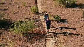 Luftschuß von Wüsten-Wanderern auf schroffer Spur stock video