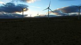 Luftschuß von Windarbeitsturbinen auf einem Gebiet an der Dämmerung stock footage