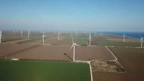 Luftschuß von Windkraftanlagen nähern sich Meer stock video